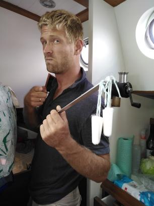 Gewapend met tampons, deeseltanks schoon maken